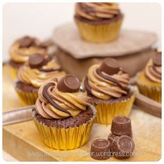 Rolo Brownie Cupcakes: brownie batter, caramel in the center, chocolate and caramel frosting swirled together. Brownie Cupcakes, Yummy Cupcakes, Cake Cookies, Cupcake Cakes, Brownie Batter, Chocolate Cupcakes, Caramel Cupcakes, Cupcake Emoji, Rolo Chocolate