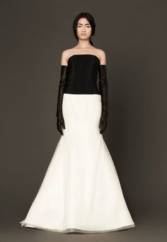 The American fashion designer has presented her new product - Vera Wang bridal collection spring This famous fashion designer surprised again with her bridal collection spring Sheer Wedding Dress, Wedding Dress Gallery, Wedding Dresses For Sale, Designer Wedding Dresses, Bridal Dresses, Bridal Collection, Dress Collection, Vera Wang Bridal, Jenny Packham