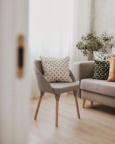 Small living room decor in neutral palette. Chair // Декор маленькой гостиной в нейтральных тонах и яркими акцентами. Кресло