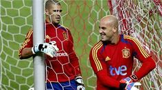Spanish National soccer team goalkeepers Pepe Reina (R) and Victor Valdes (L) Fifa, Football Mondial, Goalkeeper, Spanish, Soccer, Baseball Cards, Sports, World Cup 2014, Goaltender