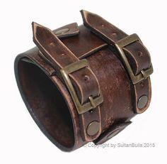 CARACTERÍSTICAS DE LA PULSERA DE CUERO PRODUCCIÓN; Se produce la pulsera de cuero de primera clase. Fabricarlos en mi propio taller. Es la misma pulsera, donde Johnny Depp luce. COMPONENTES DE METAL Los componentes de metal en la pulsera se hacen del material a prueba de herrumbre. COLOR Y EL ANCHO; Color de la pulsera se usa marrón. Ya que la pulsera es totalmente hecho a mano pueden producir algunas diferencias de menor color. Su anchura es de 2.4 pulgadas (6 cm). INFORMACIÓN DE TAMA...