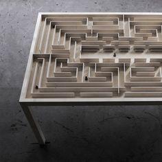 L'artiste et designer danois Benjamin Nordsmark est à l'origine de cette table ludique qui abrite un labyrinthe.  Benjamin Nordsmark a voulu transformer un meuble simple, que tout le monde possède, en une expérience ludique et visuelle. La table est faite de métal et elle est recouverte de feuilles d'érable de 5mm et d'un plateau en verre sécurisé. Vous pouvez vous amuser et déplacer les six personnages avec un système d'aimants.