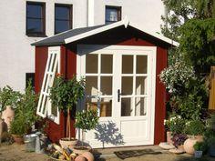 Ein klitzekleines Schwedenhaus, das Gartenhaus Smaland: Wenn es auch nur ein kleiner Farbakzent ist, so tut er jedem Garten gut! Die vielen Bäumchen verleihen ihren zusätzlichen, eigenen Charme!