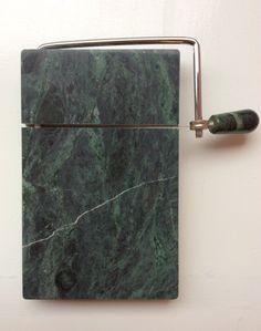 marmorinen kattaus- ja leikkausalusta juustoille ja hanhenmaksalle . 13x20cm . 70-80 luvulta