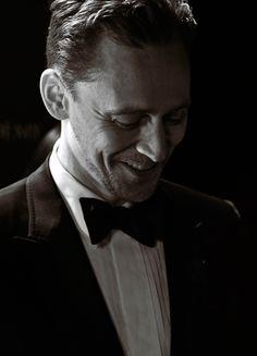 """Tom Hiddleston backstage BAFTA 2017. Shot on Leica SL"" (https://twitter.com/richhphoto/status/889992724841213952 ) Larger: https://wx2.sinaimg.cn/large/6e14d388gy1fhx6vbqcagj2334223tqv.jpg"