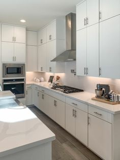 Modern white frameless cabinets with 3-piece doors in EVRGRN Luxe