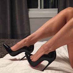 Uh Oh, guess what day it is?  Hope everyone is having a great hump day 😉😘 #humpday #highheels #heelfetish #killerheels #sexyheels #hotchick130 #louboutin #louboutins #christianlouboutin #bedroom #bedtime #sexytime #shoejunkyxo #shoegasm #talon #toecleavage #torontogirl #czechgirl