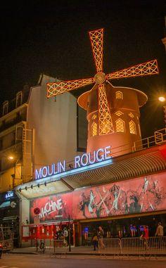 Moulin Rouge - Paris construit en 1889 par Charles Zidler et Joseph Oller. connut pour la Can-Can dance.