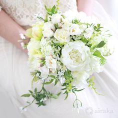 可憐な花の咲くツルの流れに、さりげない気品ただよう、ジャスミンのクラッチブーケ。リラックスした雰囲気のガーデンパーティなどにおすすめのブーケです。白 ジャスミン クラッチブーケ ブートニアセット/シルクフラワー(造花)
