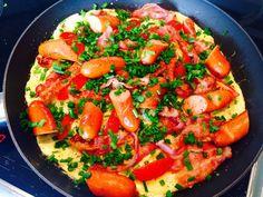 Omelet med bacon, tomater og purløg