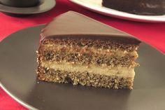 """Il est prévu pour être réalisé seulement lors des grandes occasions mais je classe ce gâteau dans la catégorie:"""" A refaire souvent """". De conception relativement simple, cette pâtisserie aux noix farcie de crème au café est vraiment à la portée de tous...."""