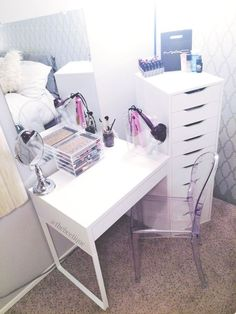 White IKEA vanity with ALEX 9 Drawer Set. Make Up Tisch, Micke Desk, Rangement Makeup, Diy Makeup Vanity, Makeup Storage, Makeup Vanities, Makeup Drawer, Makeup Geek, Beauty Makeup