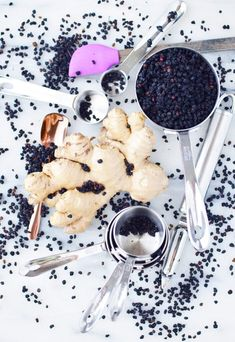 Easy homemade elderberry tonic recipe combines the immune boosting powers of honey and apple cider vinegar to naturally defend from colds and flu. Elderberry Recipes, Elderberry Syrup, Healthy Drinks, Healthy Recipes, Fun Recipes, Healthy Eats, Healthy Life, Dried Berries
