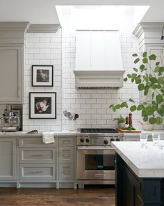 To help you pick a style that best reflects your taste, your kitchen layout and your lifestyle, here are some of our favorite kitchen cabinet ideas. Little Kitchen, New Kitchen, Kitchen Dining, Kitchen Decor, Kitchen Cabinets, Kitchen Artwork, Grey Cabinets, Shaker Style Cabinets, Minimal Kitchen