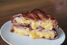 Este grilled cheese cubierto de tocino porque el estómago no conoce límites. | 16 Recetas que deberías aprender a cocinar antes de que termine el 2015