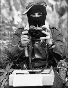 El Sub Marcos con la cámara y la máquina de escribir en la Selva Lacandona, Chiapas, 1994 - foto por Heriberto Rodriguez