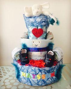 Gateau de couches jumeaux bleus et rouge Baby Shower. Gateau de couches Pierre Cardin. Diaper Cake for twins. Great for Baby Shower