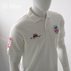El Polo del Club Deportivo Lugo es de alta calidad, 100% algodón, hilo peinado, tintes reactivos, tratamiento pre-encogido, costura reforzada, aberturas laterales y botón de repuesto.