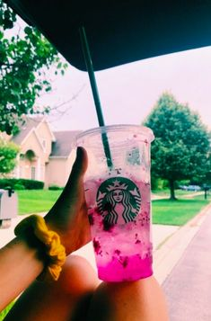 Starbucks drinks are slowly making me obsessed and this is my favorite!Starbucks drinks are slowly making me obsessed and this is my favorite! Copo Starbucks, Bebidas Do Starbucks, Secret Starbucks Drinks, Snapchat, Frappuccino, Drinks Tumblr, Drink Pink, Roses Tumblr, How To Order Starbucks