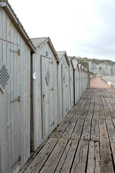 épinglé par ❃❀CM❁✿⊱Dieppe you know im west coast girl i thought these things no long existed Seaside Garden, Seaside Beach, Cabins And Cottages, Beach Cottages, Beach Houses, Costa, I Love The Beach, Am Meer, Coastal Living