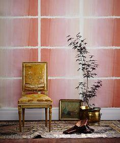 Pour expérimenter avec de la couleur, pourquoi ne pas essayer un papier peint rose comme celui-ci? Découvrez plus d'idées pour décorer avec des couleurs pastel en visitant notre article.