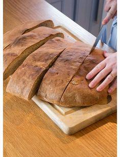 Idag bakar jag långpannebröd, och känner mig ytterst huslig. Bortsett från fusksurdegsbröd som man bara rör ihop, nattjäser och slabbar ut på en plåt, är det här det allra smidigaste brödet. Man be…