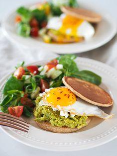 (Nejen) Snídaňový sendvič si můžete připravit také na svačinu, jako lehčí oběd či večeři. Nelekněte se, že do těsta na lívance přidávám cukr, když je v sendviči vajíčko, avokádo a balkánský sýr. Věřte, že je to jedna z těch na první pohled zvláštních kombinací, kterou si zamilujete. Sendviče jsou nenáročné na přípravu a se vším všudy by vám měly zabrat asi 30 minut. Já je ráda servíruji s lehkým salátem. Avocado Toast, Eggs, Breakfast, Food, Morning Coffee, Essen, Egg, Meals, Yemek