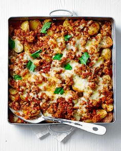 A bubbling bolognese bake with lean turkey mince and oozing cheese makes a midweek hero of a dish and will become a firm family favourite in no time. Turkey Soup, Turkey Dishes, Minced Turkey Recipes, Healthy Turkey Mince Recipes, Turkey Steak Recipes, Easy Mince Recipes, Turkey Brine, Turkey Gravy, Turkey Chili