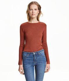 Katso! Ohut neulepusero puuvillasekoitetta. Suora malli ja pitkät hihat.  – Käy hm.comissa katsomassa lisää.