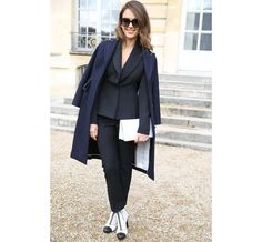 Jessica Alba http://www.vogue.fr/defiles/street-looks/diaporama/fashion-week-paris-les-street-looks-automne-hiver-2014-2015-jour-4-fw2014/17781/image/973380#!jessica-alba