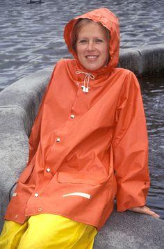 Regntøy, kvinne i orange seilerjakke Vinyl Raincoat, Pvc Raincoat, Raincoat Jacket, Rain Jacket, Girls Wear, Women Wear, Rain Bonnet, Rubber Raincoats, Country Wear
