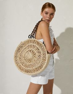 Raffia tote bag in Stradivarius for only € available for a limited time. Just in for women always on trend, come in and find out now! Crochet Shoulder Bags, Bag Pattern Free, Round Bag, Macrame Bag, Simple Bags, Purse Patterns, Beach Tote Bags, Summer Bags, Clutch