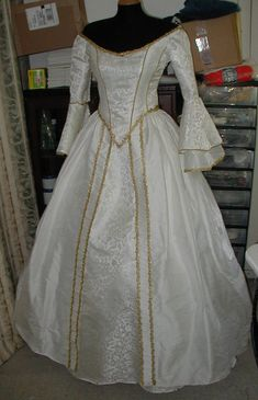 Image detail for -renaissance dress - need to figure out how to do this off-the-shoulder look Renaissance Wedding Dresses, Medieval Gown, Renaissance Costume, Renaissance Clothing, Renaissance Fashion, Medieval Wedding, Celtic Wedding, Wedding Gowns, Renaissance Fair