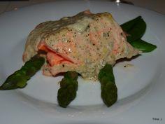 Salmalaks med blåmuggostsaus på aspargesseng
