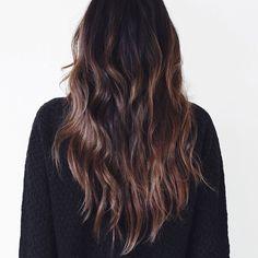 Minimal + Classic: wavy brown hair