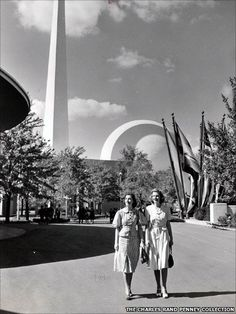 Women in front of the Trylon and Perisphere sculptures at the New York World's Fair in 1939
