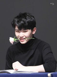 woozi at seventeen fanmeeting Jeonghan, Wonwoo, Seungkwan, Seventeen Memes, Seventeen Woozi, Seventeen Debut, Carat Seventeen, Hip Hop, Vernon