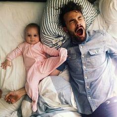 Babası prensesi uyutmaya çalışırken, yaramaz prenses babasını yormuş sanırım :)