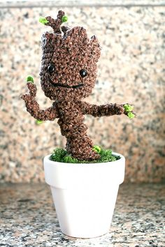 Crochet Baby Groot Pattern Are you familiar with the movie Guardians of the Galaxy? We're huge fans of the movie, and of course the character Groot stole the show. And especially at the end, with a little baby Groot. All Free Crochet, Cute Crochet, Learn To Crochet, Crochet Crafts, Crochet Baby, Crochet Projects, Knit Crochet, Frozen Crochet, Crochet Geek