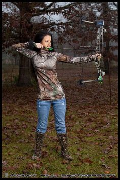 There's a Lot to Love About Outdoor Girls Photos) - Suburban Men Hunting Senior Pictures, Country Senior Pictures, Senior Photos, Bow Hunting Women, Hunting Girls, Crossbow Hunting, Archery Hunting, Women's Archery, Deer Hunting