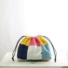 これだけでも持てちゃう!双子巾着 できました!   神戸 手作りお洋服・布雑貨 chiocchio(キヨキヨ。)のまいにちのコト Japanese Bag, Pouch Pattern, String Bag, Jute Bags, Drawstring Pouch, Patchwork Bags, Fabric Bags, Easy Sewing Projects, Glasses Case