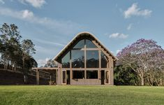 World Architecture Community News - Paul Uhlmann Architects designs barn house featuring cathedral-like ceilings in Pullenvale Australian Sheds, Australian Bush, American Barn, American Photo, Modern Barn House, House Games, Converted Barn, Timber Beams, Double Vitrage