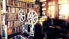 Acervo de dvd's e um reprodutor de películas cinematográficas.