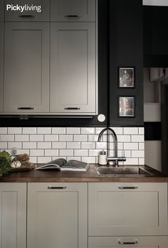 Dark green kitchen with light gray kitchen shutters from Picky living. White and shiny metro tile, walnut slate. Dark Green Kitchen, Light Grey Kitchens, Black Kitchens, Home Kitchens, Small Kitchens, Kitchen Design Open, Interior Design Living Room, Kitchen Shutters, Kitchen Trends