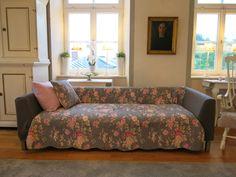 graues Plaid mit rosa Rosen, dazu dunkelgraue Armlehn-Hussen aus Fleece-Decke genäht