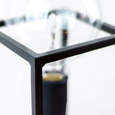 Cette lampe à poser nommée Spoutnik fait référence au célèbre satellite russe pour son côté graphique et aérien. Elle donne l'impression d'une ampoule flottant dans l'air. L'ampoule à forme sphérique repose sur une structure minimaliste façonnée par un artisan ferronnier toulonnais. L'ensemble joue sur le contraste entre deux matériaux : le métal et le chêne.