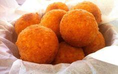 Υλικά  100γρ. τυρί φέτα, θρυμματισμένη     130γρ. τυρί γκούντα, τριμμένο  100γρ. γραβιέρα (ή ρεγκάτο ή τσένταρ), τριμμένο  1 ολόκληρο αυγό και 1 ασπράδι  40γρ. αλεύρι που φουσκώνει μόνο του  1-2 κουτ. σούπας γάλα  φρεσκοτριμμένο πιπέρι  αλέυρι για όλες τις χρήσεις, για το αλέυρωμα  λάδι για το τηγάνισμα  Εκτέλεση  Προσθέστε όλα τα υλικά σε ένα μπολ και ανακατέψτε καλά μέχρι να ενωθούν τα υλικά. Καλύψτε το μπολ με πλαστική μεμβράνη και τοποθετήστε στο ψυγείο για 45 λεπτά. Αυτό θα παγώσει το Fried Cheese Balls Recipe, Feta Cheese Recipes, Cheese Appetizers, Pecan Recipes, Greek Recipes, Cooking Recipes, Chef Recipes, Greek Fried Cheese, Queso Frito