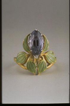 René Lalique (1860-1945). Bague Fleurs de lierre. C. 1902-1904. Or, émail translucide à jour, monture à griffes en spinelle taillé en navette et monté à jour. Les Arts Décoratifs - Paris - France