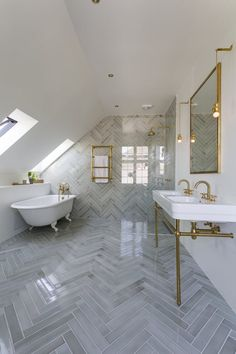 Give your bathroom a redecoration and focus on a simple and timeless design Timeless Bathroom, Walk In Shower Designs, Bathroom Designs, Bathroom Ideas, Bathroom Fixtures, Modern Interior Design, Bathroom Inspiration, Small Bathroom, Interior Decorating