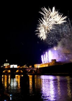 Rome: fireworks over Castel S. Angelo to celebrate City patron saints, Saint Peter and Saint Paul on Jun 29th ♠ click for more on Corriere della Sera